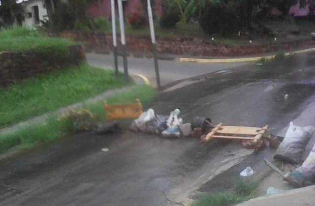 Barricadas en calles de Ciudad Bolívar, estado Bolívar // Foto @AGTE777