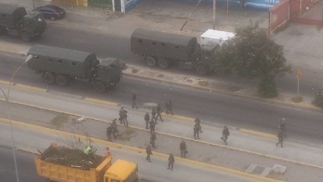 GN recogiendo escombros y levantando barricadas en Barquisimeto // Foto @LaraAhora