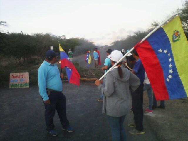 Vecinos de Bobare tomaron la carretera Lara-Falcón este #26Jul // Foto @sjosuerojas