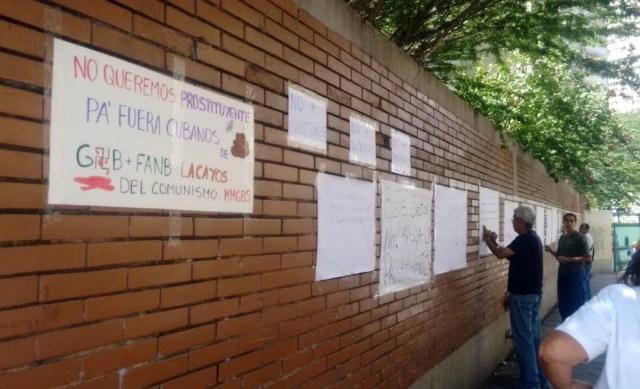 Pancartas en la Escuela Técnica Popular Don Bosco // Foto @pedro_mendez_d