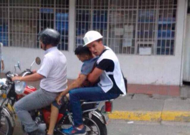 Momento en que integrantes de grupos paramédicos trasladaban al joven. Foto: Carlos García
