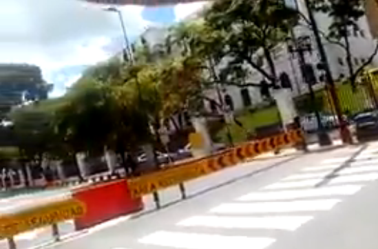 Foto: Cierran el paso en la avenida Urdaneta a la altura de Miraflores  / TV Venezuela Noticias