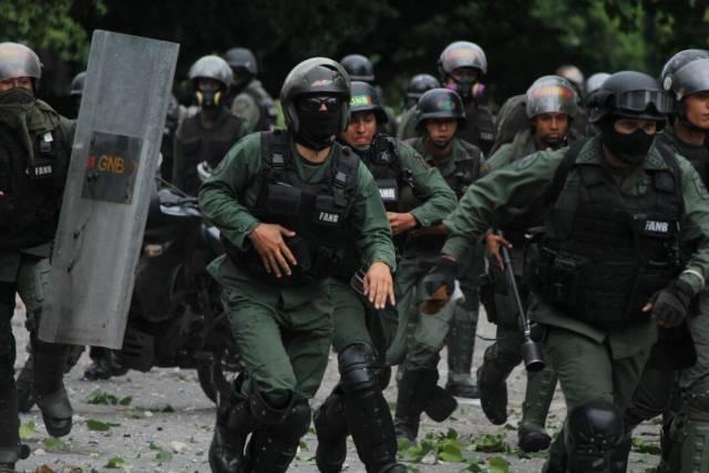 Disparos de lacrimógenas horizontales y demás atrocidades: La represión de la GNB en Bello Campo. Foto: Régulo Gómez / LaPatilla.com