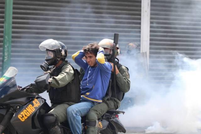 Reprimen a manifestantes que marchaban hacia el TSJ: Varios detenidos. Foto: Régulo Gómez