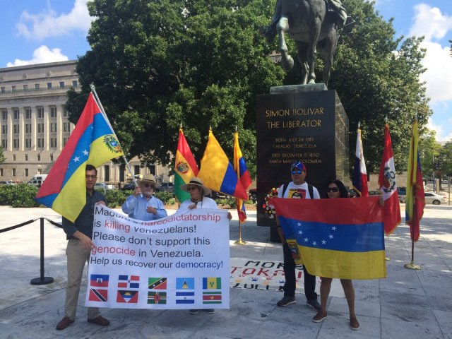 Venezolanos protestan en Washington ante homenaje de la OEA a Simón Bolívar / Foto: La Voz de América
