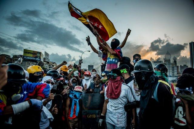 Manifestantes antigubernamentales celebran después de apoderarse de la autopista Francisco Fajardo, que corre a lo largo de Caracas, a finales de mayo. Credit Meridith Kohut para The New York Times