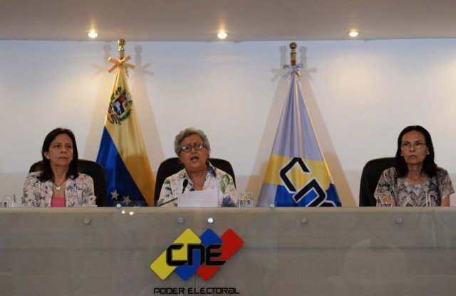 "The head of the National Electoral Council (CNE), Tibisay Lucena (C), offers a press conference in Caracas on August 2, 2017 during which she denied allegations that the turnout figure over Venezuela's new assembly was manipulated. The legitimacy of a powerful new assembly in Venezuela being sworn in on Wednesday was thrown further into question when the voting technology firm involved in its election said the turnout figure was ""manipulated."" Lucena, an ally of Venezuelan President Nicolas Maduro, had said there had been ""extraordinary turnout"" of more than eight million voters, 41.5 percent of the electorate. / AFP PHOTO / Federico PARRA"