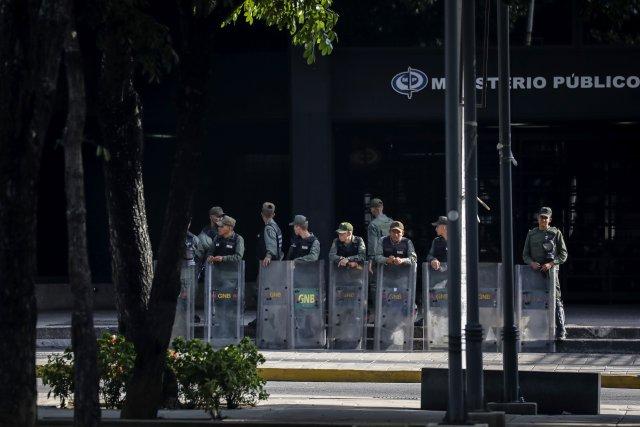 """GRA165. CARACAS (VENEZUELA), 05/08/2017 - Vista exterior del edificio principal del Ministerio Público (MP) hoy, 5 de agosto de 2017, en Caracas (Venezuela). La fiscal general de Venezuela, Luisa Ortega Daz, denunció el """"asedio"""" a la sede principal del MP por parte de un contingente de la Guardia Nacional Bolivariana que mantiene rodeada la institución. EFE/Miguel Gutiérrez"""