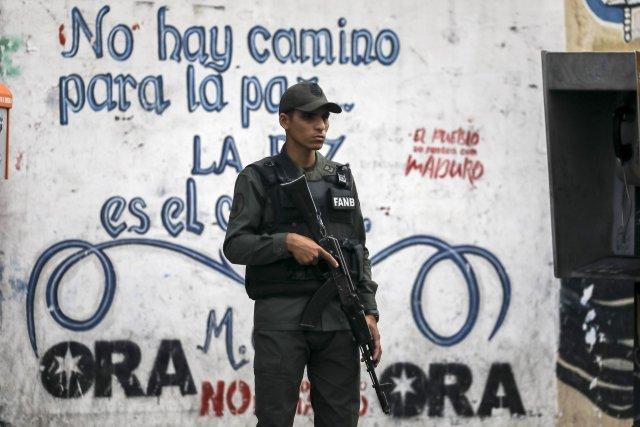 """GRA161. CARACAS (VENEZUELA), 05/08/2017 - Vista exterior del edificio principal del Ministerio Público (MP) hoy, 5 de agosto de 2017, en Caracas (Venezuela). La fiscal general de Venezuela, Luisa Ortega Daz, denunció el """"asedio"""" a la sede principal del MP por parte de un contingente de la Guardia Nacional Bolivariana que mantiene rodeada la institución. EFE/Miguel Gutiérrez"""