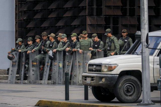"""GRA159. CARACAS (VENEZUELA), 05/08/2017 - Vista exterior del edificio principal del Ministerio Público (MP) hoy, 5 de agosto de 2017, en Caracas (Venezuela). La fiscal general de Venezuela, Luisa Ortega Daz, denunció el """"asedio"""" a la sede principal del MP por parte de un contingente de la Guardia Nacional Bolivariana que mantiene rodeada la institución. EFE/Miguel Gutiérrez"""