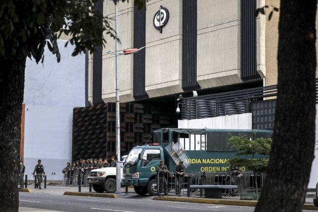 """GRA160. CARACAS (VENEZUELA), 05/08/2017 - Vista externa del edificio principal del Ministerio Público (MP) hoy, 5 de agosto de 2017, en Caracas (Venezuela). La fiscal general de Venezuela, Luisa Ortega Daz, denunció el """"asedio"""" a la sede principal del MP por parte de un contingente de la Guardia Nacional Bolivariana que mantiene rodeada la institución. EFE/Miguel Gutiérrez"""