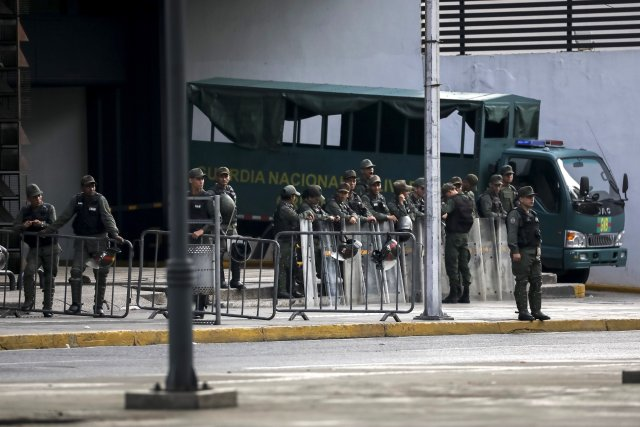 """GRA163. CARACAS (VENEZUELA), 05/08/2017 - Vista exterior del edificio principal del Ministerio Público (MP) hoy, 5 de agosto de 2017, en Caracas (Venezuela). La fiscal general de Venezuela, Luisa Ortega Daz, denunció el """"asedio"""" a la sede principal del MP por parte de un contingente de la Guardia Nacional Bolivariana que mantiene rodeada la institución. EFE/Miguel Gutiérrez"""