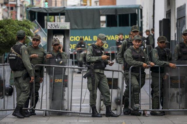"""GRA167. CARACAS (VENEZUELA), 05/08/2017 - Vista exterior del edificio principal del Ministerio Público (MP) hoy, 5 de agosto de 2017, en Caracas (Venezuela). La fiscal general de Venezuela, Luisa Ortega Daz, denunció el """"asedio"""" a la sede principal del MP por parte de un contingente de la Guardia Nacional Bolivariana que mantiene rodeada la institución. EFE/Miguel Gutiérrez"""
