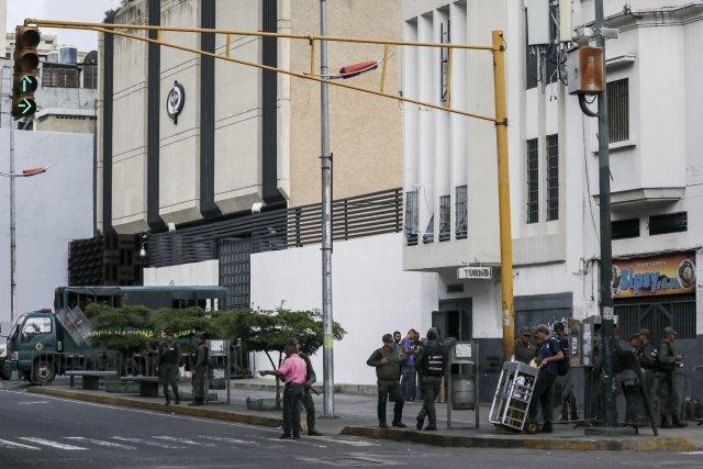 """GRA166. CARACAS (VENEZUELA), 05/08/2017 - Vista exterior del edificio principal del Ministerio Público (MP) hoy, 5 de agosto de 2017, en Caracas (Venezuela). La fiscal general de Venezuela, Luisa Ortega Daz, denunció el """"asedio"""" a la sede principal del MP por parte de un contingente de la Guardia Nacional Bolivariana que mantiene rodeada la institución. EFE/Miguel Gutiérrez"""