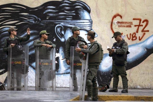 """GRA162. CARACAS (VENEZUELA), 05/08/2017 - Vista exterior del edificio principal del Ministerio Público (MP) hoy, 5 de agosto de 2017, en Caracas (Venezuela). La fiscal general de Venezuela, Luisa Ortega Daz, denunció el """"asedio"""" a la sede principal del MP por parte de un contingente de la Guardia Nacional Bolivariana que mantiene rodeada la institución. EFE/Miguel Gutiérrez"""