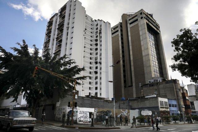 """GRA164. CARACAS (VENEZUELA), 05/08/2017 - Vista exterior del edificio principal del Ministerio Público (MP) hoy, 5 de agosto de 2017, en Caracas (Venezuela). La fiscal general de Venezuela, Luisa Ortega Daz, denunció el """"asedio"""" a la sede principal del MP por parte de un contingente de la Guardia Nacional Bolivariana que mantiene rodeada la institución. EFE/Miguel Gutiérrez"""