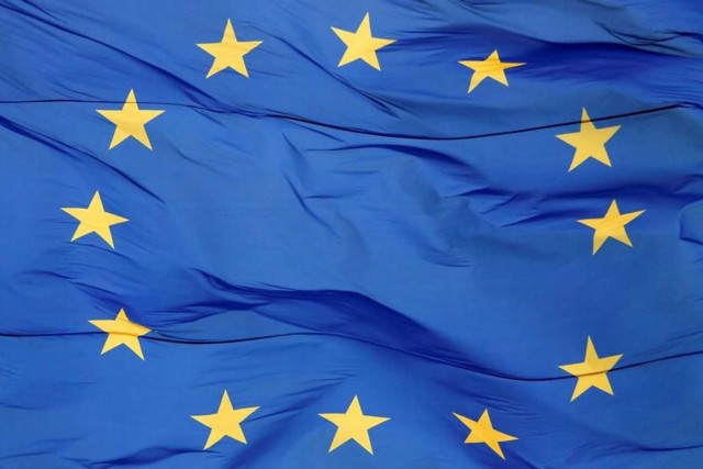 Foto de archivo: Una bandera de la Unión Europea (UE) es vista moviéndose por el viento en frente de la sede administrativa de una oficina regional en Kiev, Ucrania, 1 de mayo de 2017. REUTERS/Valentyn Ogirenko/File Photo