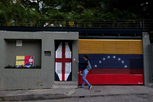 A woman walks in front of the house of Venezuelan opposition leader Leopoldo Lopez in Caracas, Venezuela August 1, 2017. REUTERS/Carlos Garcia Rawlins