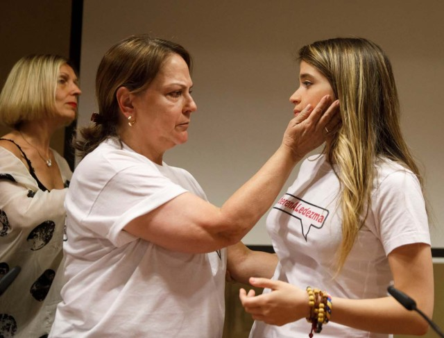 Mitzy Capriles de Ledezma, wife of former Caracas mayor Antonio Ledezma, comforts her daughter Antonieta during a news conference in Madrid, Spain August 1, 2017. REUTERS/Sergio Perez