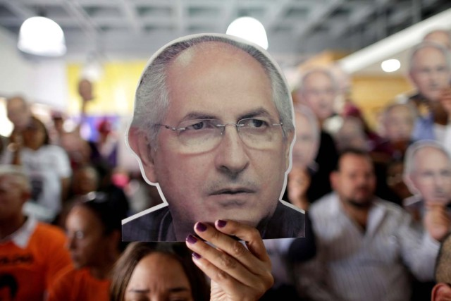 People hold portraits of opposition leader Antonio Ledezma during a news conference at the Venezuelan coalition of opposition parties (MUD) headquarters in Caracas, Venezuela August 1, 2017. REUTERS/Ueslei Marcelino