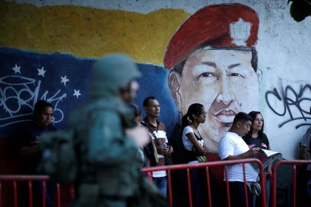 Foto de archivo. La gente espera para votar durante la elección de la Asamblea Constituyente en Caracas Venezuela 30 julio, 2017. REUTERS/Ueslei Marcelino