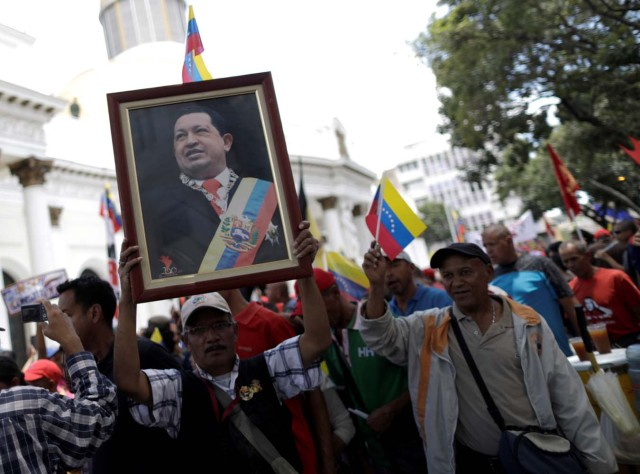 Supporters of Venezuela's President Nicolas Maduro's government demonstrate before the first session of the constituent assembly in Caracas, Venezuela August 4, 2017. REUTERS/Ueslei Marcelino