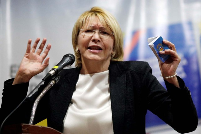 Venezuela's chief prosecutor Luisa Ortega Diaz holds a copy of the Venezuelan Constitution as she speaks during a conference in defense of the Constitution in Caracas, Venezuela August 6, 2017. REUTERS/Ueslei Marcelino