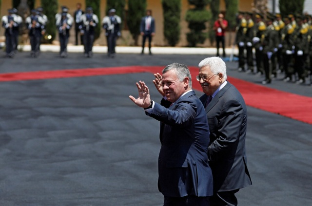 Jordan's King Abdullah II and Palestinian President Mahmoud Abbas wave during a reception ceremony in the West Bank city of Ramallah, August 7, 2017. REUTERS/Mohamad Torokman