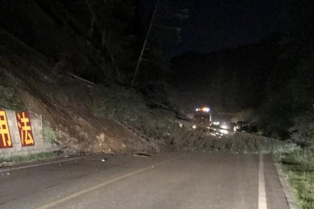 Árboles caídos bloqueando un camino tras un sismoen la prefectura de Ngawa, China, ago 8, 2017.  CNS/Chen Yunhua via REUTERS  ATENCIÓN EDITORES, IMAGEN CEDIDA A REUTERS, NO DISPONIBLE PARA CHINA