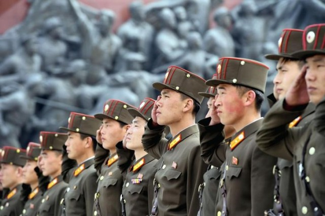 Imagen de archivo cedida a Reuters por la agencia Kyodo de unos soldados presentando sus respetos a unas estatuas de Kim Il-sung y de Kim Jong Il en Mansudae en Pyongyang, abr 25, 2017. Mandatory credit Kyodo/via REUTERS ATENCIÓN EDITORES IMAGEN SOLO PARA USO EDITORIAL CEDIDA COMO UNA CORTESÍA PARA SUS CLIENTES, SE DEBE CITAR LA FUENTE Y CON RESTRICCIÓN DE USO EN JAPÓN