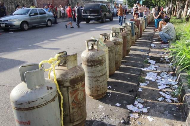 People queue as they try to buy gas cylinders in Puerto Ordaz, Venezuela August 8, 2017. Picture taken August 8, 2017. REUTERS/William Urdaneta