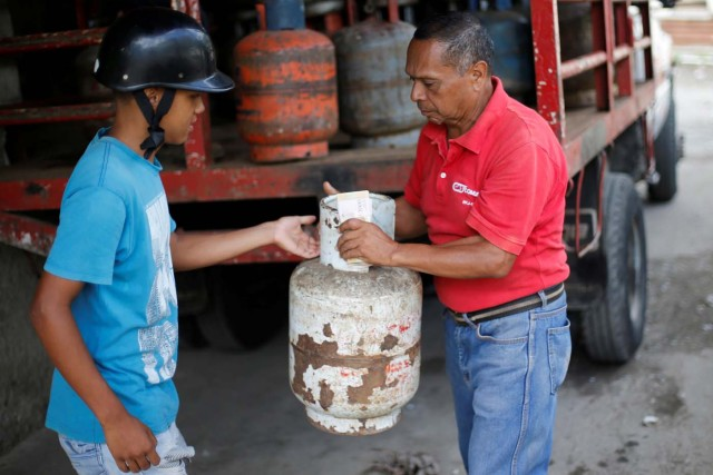 A man buys a gas cylinder at a distribution point in Caracas, Venezuela August 8, 2017. Picture taken August 8, 2017. REUTERS/Andres Martinez Casares