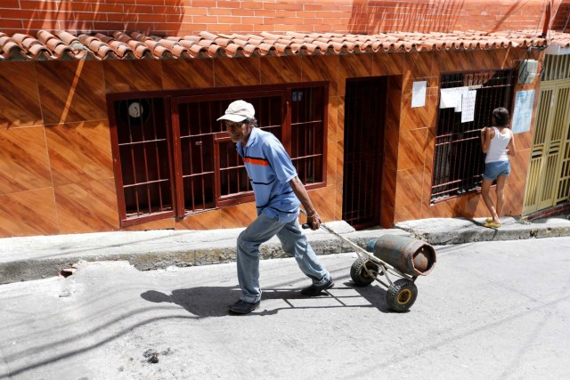 A man pulls a wheelbarrow loaded with a gas cylinder in Caracas, Venezuela August 8, 2017. Picture taken August 8, 2017. REUTERS/Andres Martinez Casares