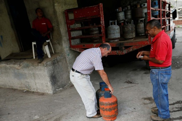 A man buys gas cylinders at a distribution point in Caracas, Venezuela August 8, 2017. Picture taken August 8, 2017. REUTERS/Andres Martinez Casares