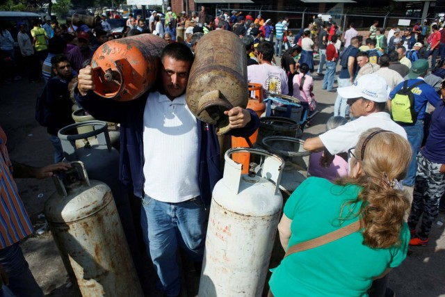 People queue as they try to buy gas cylinders at a distribution point San Cristobal, Venezuela August 3, 2017. Picture taken August 3, 2017. REUTERS/Luis Parada