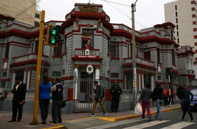 People walks pass near Venezuela's embassy in Lima, Peru, August 11, 2017  REUTERS/Mariana Bazo
