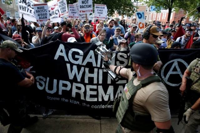Miembros de grupos nacionalistas blancos se enfrentan a un contramanifestantes en Charlottesville, Virginia, Estados Unidos. 12 de agosto, 2017. REUTERS/Joshua Roberts