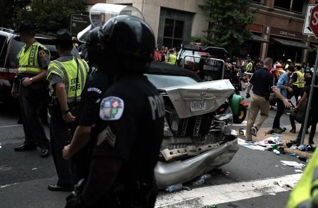 """Policías rodean un vehículo que fue golpeado después de que un automóvil arrolló a un grupo de contramanifestantes en la macha """"Unite the Right"""" en Charlottesville, Virginia, Estados Unidos. 12 de agosto, 2017. REUTERS/Justin Ide"""