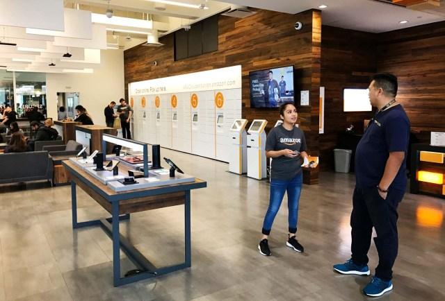 Un punto de recogida de productos de Amazon en la Universidad de California en Berkeley, EEUU. 14 agosto 2017. Reuters/Jeffrey Dastin
