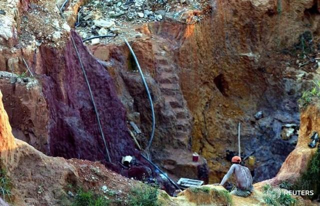 Imagen de archivo de una mina de oro cerca del yacimiento de Las Cristinas de la minera canadiense Crystallex en el sur del Estado Bolívar, Venezuela. 29 septiembre 2005. REUTERS/ Howard Yanes
