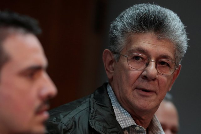 Henry Ramos Allup (R), lawmaker of the Venezuelan coalition of opposition parties (MUD), looks on during a news conference in Caracas, Venezuela August 17, 2017. REUTERS/Marco Bello