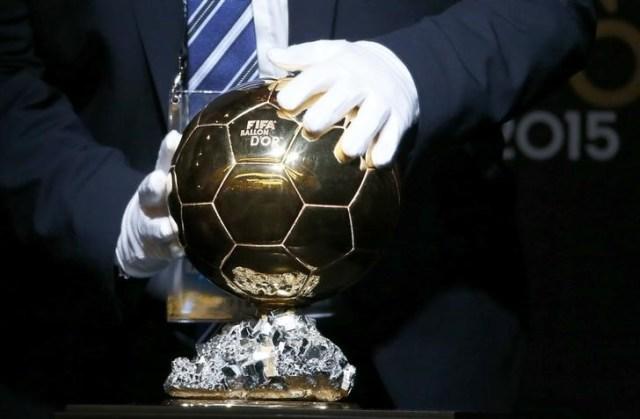 Imagen de archivo del Balón de Oro de la FIFA, premio al Mejor Jugador del Año, en exhibición durante una rueda de prensa en Zúrich, ene 11, 2016      REUTERS/Ruben Sprich