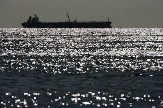 Imagen de archivo de un barco tanquero en las aguas del Lago Maracaibo en Zulia, Venezuela, mar 1, 2008. REUTERS/Jorge Silva (VENEZUELA)