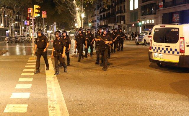 Policías custodian la zona del atentado en Barcelona. REUTERS/Sergio Perez