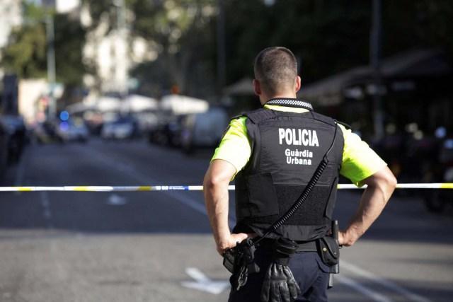 Un policía en una calle acordonada luego de que una fugoneta atropellara a decenas de personas cerca de la avenida Las Ramblas en Barcelona, España, ago 17, 2017 17, 2017. REUTERS/Stringer NO SE PERMITE SU REVENTA NI QUE SE ARCHIVE
