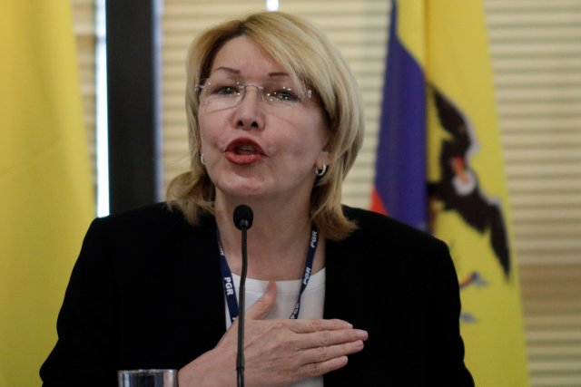 La fiscal general de Venezuela, Luisa Ortega Díaz, sostiene una constitución de Venezuela durante una conferencia de prensa en Caracas, Venezuela, el 4 de julio de 2017. REUTERS / Carlos Garcia Rawlins TPX IMÁGENES DEL DÍA