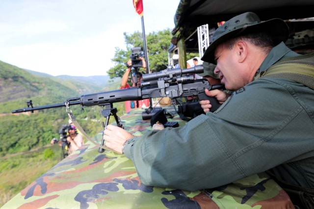 Venezuela's Defense Minister Vladimir Padrino Lopez aims a rifle during military exercises in Caracas, Venezuela, August 26, 2017. Miraflores Palace/Handout via REUTERS ATTENTION EDITORS - THIS PICTURE WAS PROVIDED BY A THIRD PARTY.
