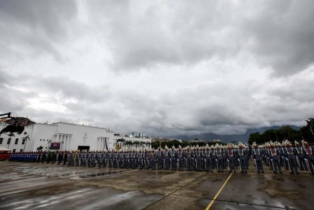 CAR41. CARACAS (VENEZUELA), 24/06/2017.- Tropas participan en un acto para conmemorar el día de la Batalla de Carabobo y el Día del Ejército Bolivariano hoy, sábado 24 de junio de 2017, en Caracas (Venezuela). Simpatizantes del chavismo marcharon y celebraron una parada militar con motivo del Día del Ejército de ese país y para conmemorar los 196 años de la Batalla de Carabobo, una acción militar decisiva en la independencia venezolana. EFE/Cristian Hernández