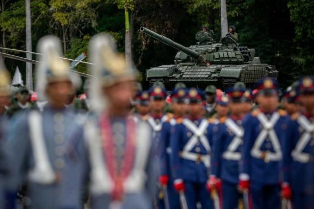 CAR42. CARACAS (VENEZUELA), 24/06/2017.- Tropas participan en un acto para conmemorar el día de la Batalla de Carabobo y el Día del Ejército Bolivariano hoy, sábado 24 de junio de 2017, en Caracas (Venezuela). Simpatizantes del chavismo marcharon y celebraron una parada militar con motivo del Día del Ejército de ese país y para conmemorar los 196 años de la Batalla de Carabobo, una acción militar decisiva en la independencia venezolana. EFE/Cristian Hernández