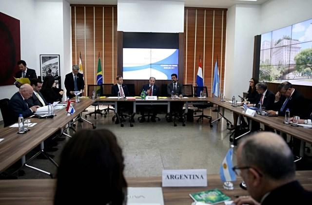 """BRA109. SAO PAULO (BRASIL), 05/08/2017.- Fotografía de la reunión de cancilleres de los países miembros del Mercosur: de Paraguay, Eladio Loizaga (i); de Brasil, Aloysio Nunes (c-atrás); de Argentina, Jorge Faurie (frente) y de Uruguay Rodolfo Nin Novoa (d) hoy, sábado 5 de agosto de 2017, en Sao Paulo (Brasil). Los cancilleres de los países fundadores del Mercosur, reunidos hoy en Sao Paulo, decidieron aplicar por unanimidad el Protocolo de Ushuaia sobre Compromiso Democrático, conocido como """"cláusula democrática"""" del bloque y que amplia la suspensión contra Venezuela. EFE/FERNANDO BIZERRA JR."""
